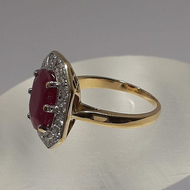 Bague ancienne entourage rubis pavage diamants sur or 18k