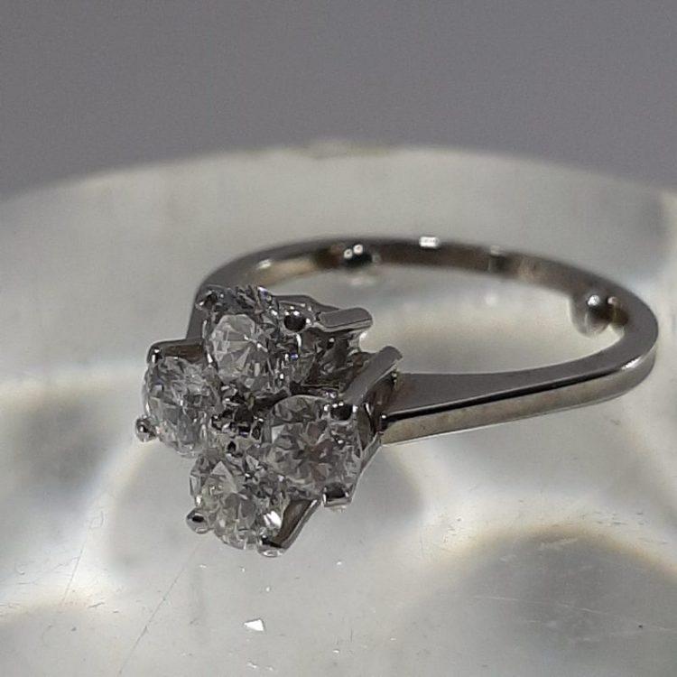 Bague ancienne trèfle en diamants sur or 18k